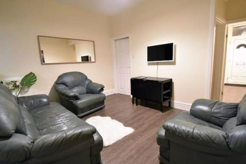 A seating area at *Coventry University 1 Mile Away- 4 Bedrooms
