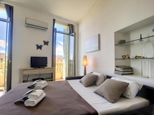 """A bed or beds in a room at Nestor&Jeeves - """"Papillon"""" - Old Town - Clear garden view"""