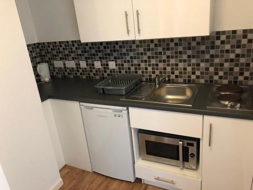 A kitchen or kitchenette at CityLiveIn London Wembley