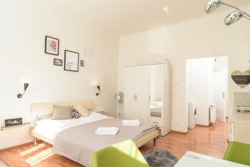 Ein Bett oder Betten in einem Zimmer der Unterkunft Koppstraße by welcome2vienna