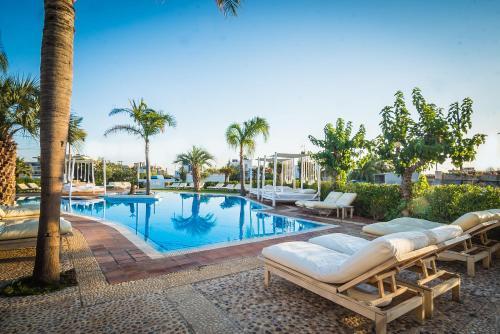 Het zwembad bij of vlak bij Parthenis Hotel & Suites
