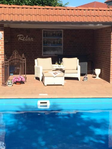 Der Swimmingpool an oder in der Nähe von petite maison