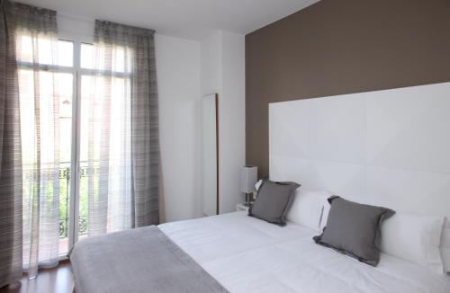 A bed or beds in a room at MH Apartments Suites