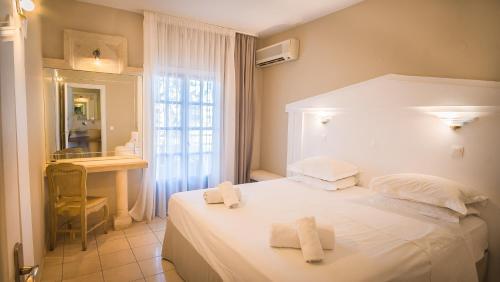 Een bed of bedden in een kamer bij Parthenis Hotel & Suites