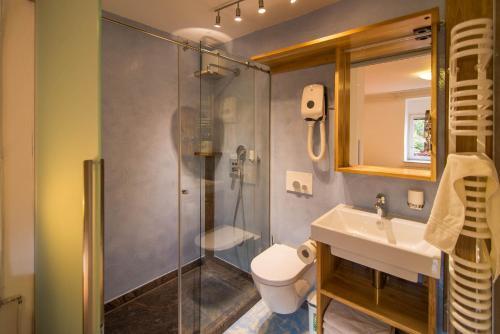 A bathroom at Apartments Mrakič