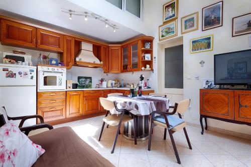 A kitchen or kitchenette at Apartments Kastelani