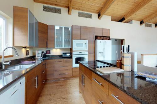 A kitchen or kitchenette at Modern Beach Cottage