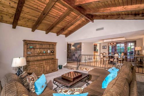 A seating area at Fountain Hills Views