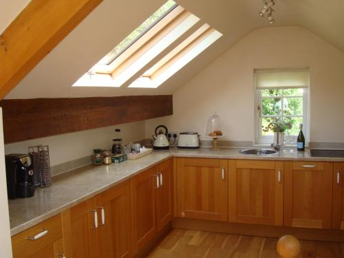 A kitchen or kitchenette at The Cottage - Bankwood House