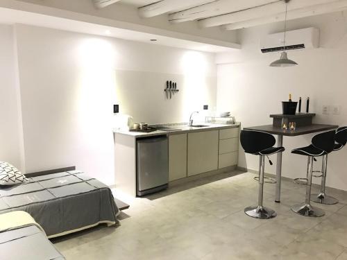 A kitchen or kitchenette at Loft & Wines