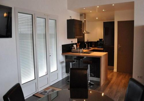 A kitchen or kitchenette at CotiLoft - Appartement de standing La Cotinière