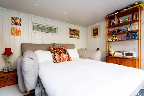 A bed or beds in a room at Veeve - Shepherd's Bush Hideaway