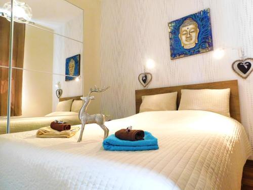 A bed or beds in a room at Wonder Deer Lux Apt-Opera
