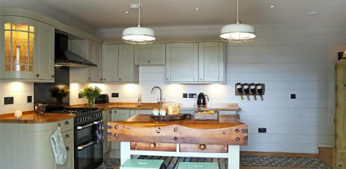 A kitchen or kitchenette at WillArch Lodge