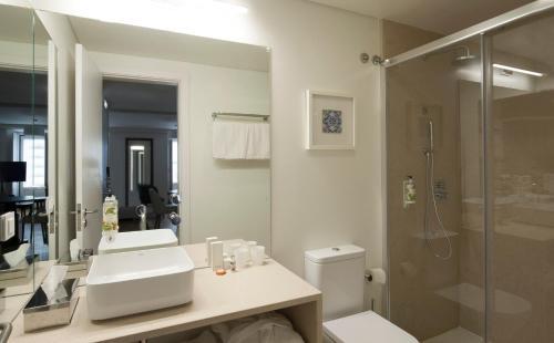 A bathroom at Altis Prata Hotel