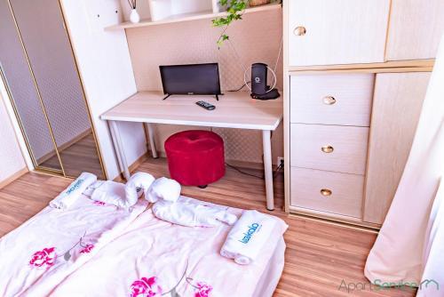 Televízia a/alebo spoločenská miestnosť v ubytovaní Retro Rooms in Cracow City Centre