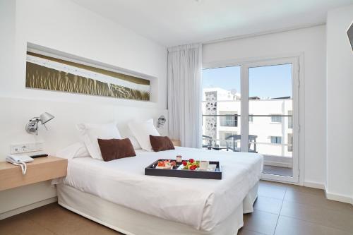 Un pat sau paturi într-o cameră la Ibiza Sun Apartments
