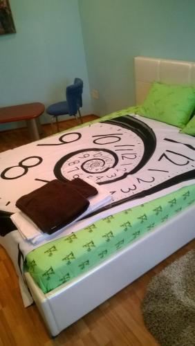 Кровать или кровати в номере Лофт-апартаменты с камином