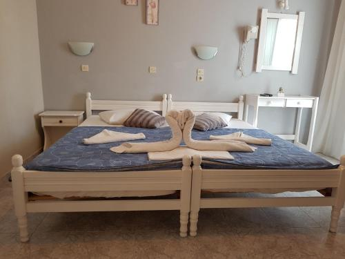 A bed or beds in a room at Mark & Joanna Studios