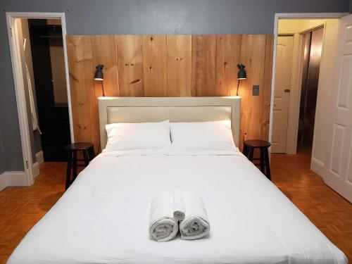 A bed or beds in a room at Blue Penthouse in the City