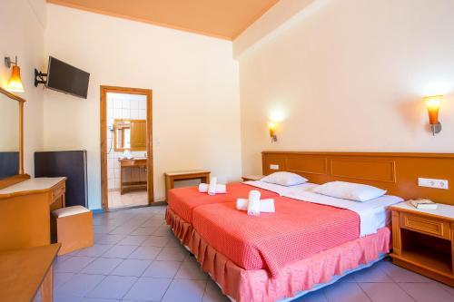 Кровать или кровати в номере Aquarius Beach Hotel