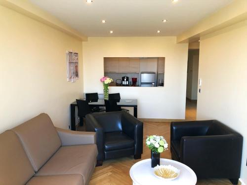 A seating area at Appartements Centre Ville Massena avec vue
