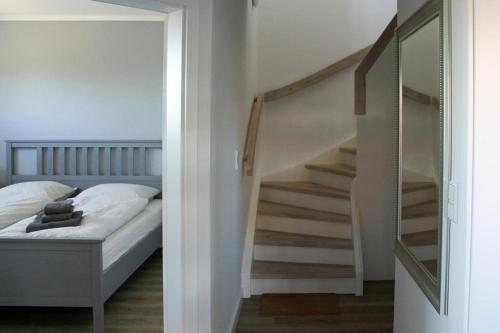 Ein Bett oder Betten in einem Zimmer der Unterkunft Haus an den Salzwiesen - Wohnung Silbermöwe