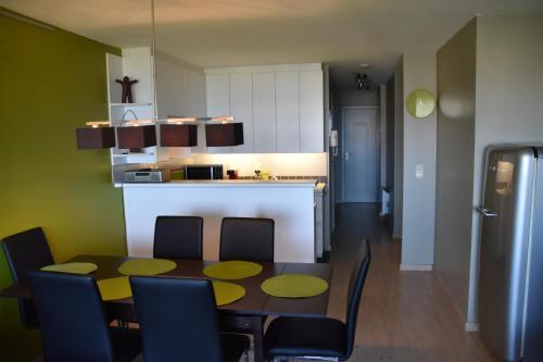Een keuken of kitchenette bij Appartement voor 6 personen in Koksijde met zeezicht
