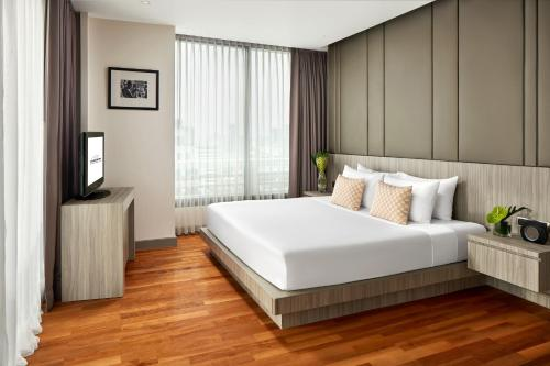 A bed or beds in a room at Fraser Suites Sukhumvit - Bangkok