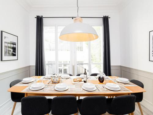 A restaurant or other place to eat at LUXURY 4 BEDROOM PARIS CENTER