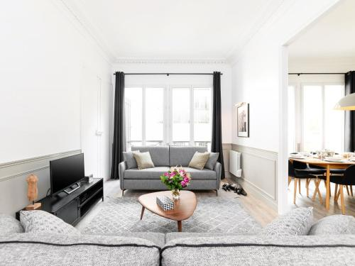A seating area at LUXURY 4 BEDROOM PARIS CENTER