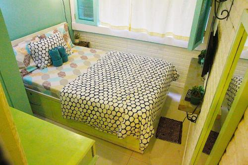 A bed or beds in a room at French Nest at Baguio- Megatower Residences