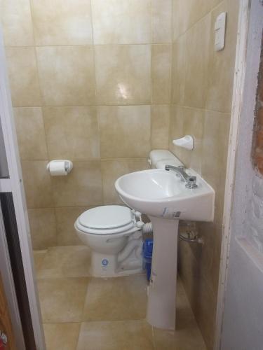 Un baño de hospedaje san fernando