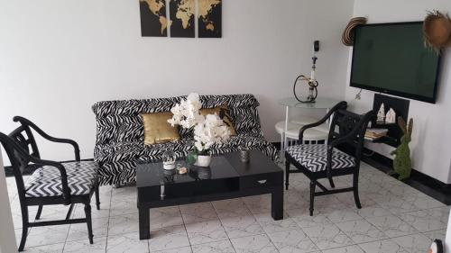 A seating area at Black & White Comfort House