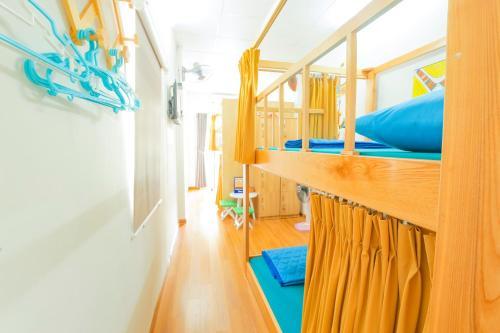 A bunk bed or bunk beds in a room at Amigo Homestay - Desert Scream