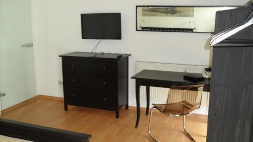 A television and/or entertainment center at Central City Apartment Würzburg