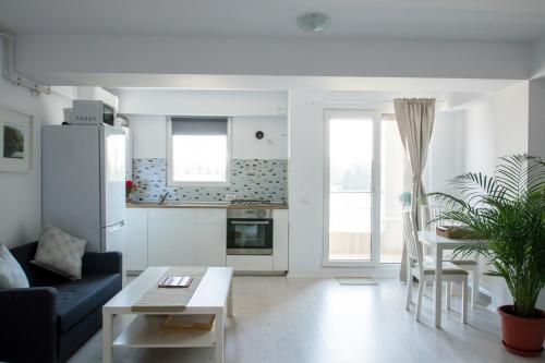 A kitchen or kitchenette at Airport Residence - 5 Mins from Airport