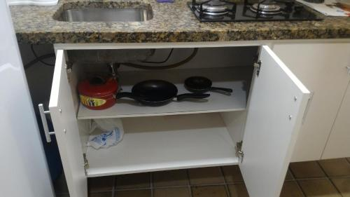 A kitchen or kitchenette at Condominio Ondina Residence