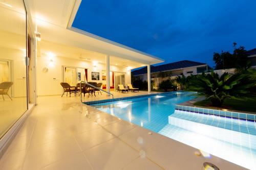 สระว่ายน้ำที่อยู่ใกล้ ๆ หรือใน Villa Cattleya