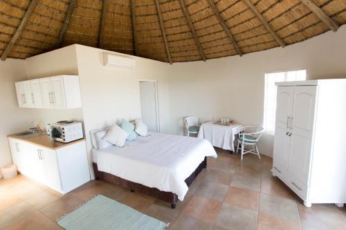 Łóżko lub łóżka w pokoju w obiekcie Hilton Cottage