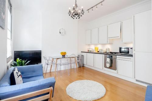 A kitchen or kitchenette at London Holiday Apartments