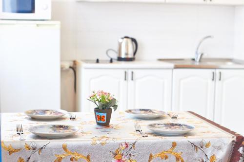 Кухня или мини-кухня в Apartment on Krivenko 81