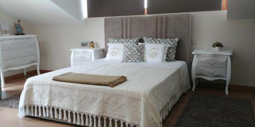 A bed or beds in a room at Quinta das Águias