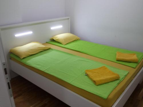 A bed or beds in a room at Cosmopolitan Apartments