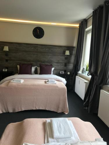 A bed or beds in a room at Hamburg Room