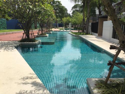 สระว่ายน้ำที่อยู่ใกล้ ๆ หรือใน Baan Dhewaran Beachfront Villa