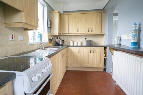 A kitchen or kitchenette at 64 Millbank Avenue