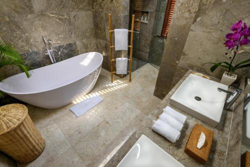 A bathroom at Agung Putra Hotel & Apartment