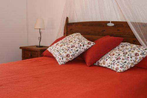 A bed or beds in a room at Casa Sobralinho do Outeiro