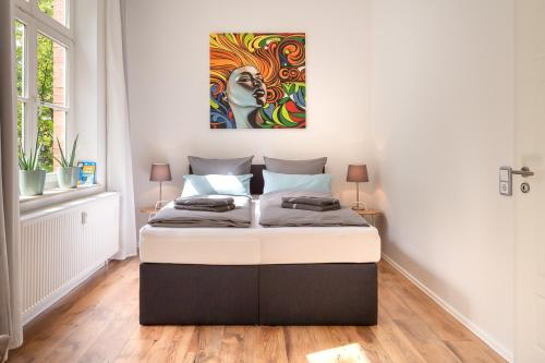 A bed or beds in a room at Renoviertes Apartment mit Netflix & Boxspringbett